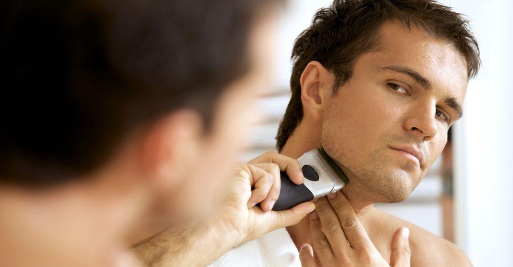 uomo mentre si rade con regolabarba