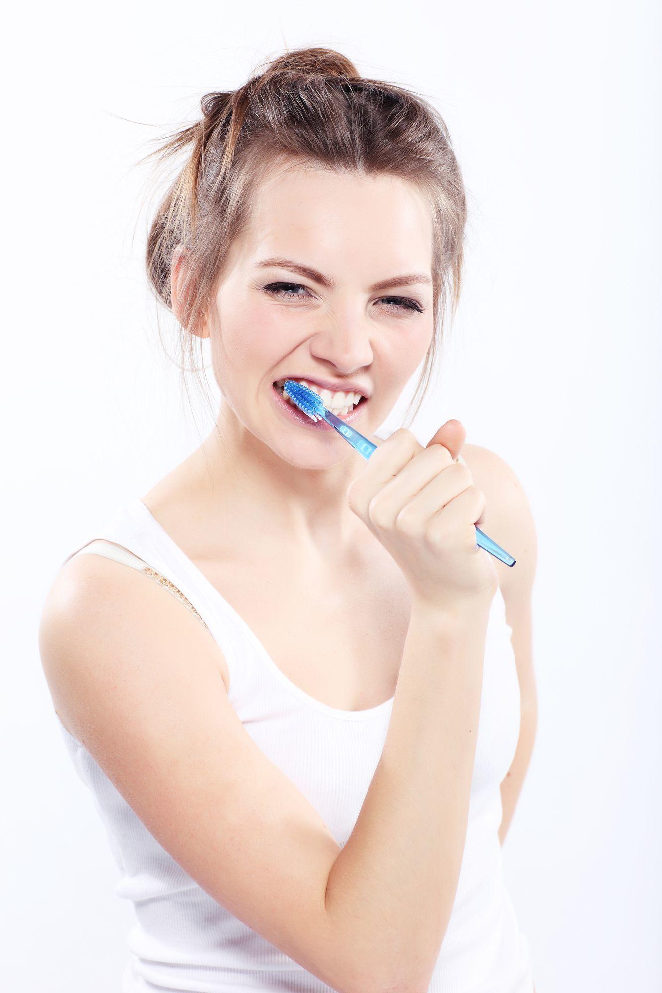 Ragazza mentre si spazzola i denti
