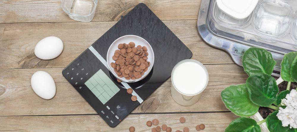 bilancia digitale su tavolo