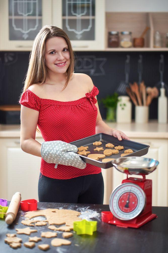 Donna in cucina con bilancia