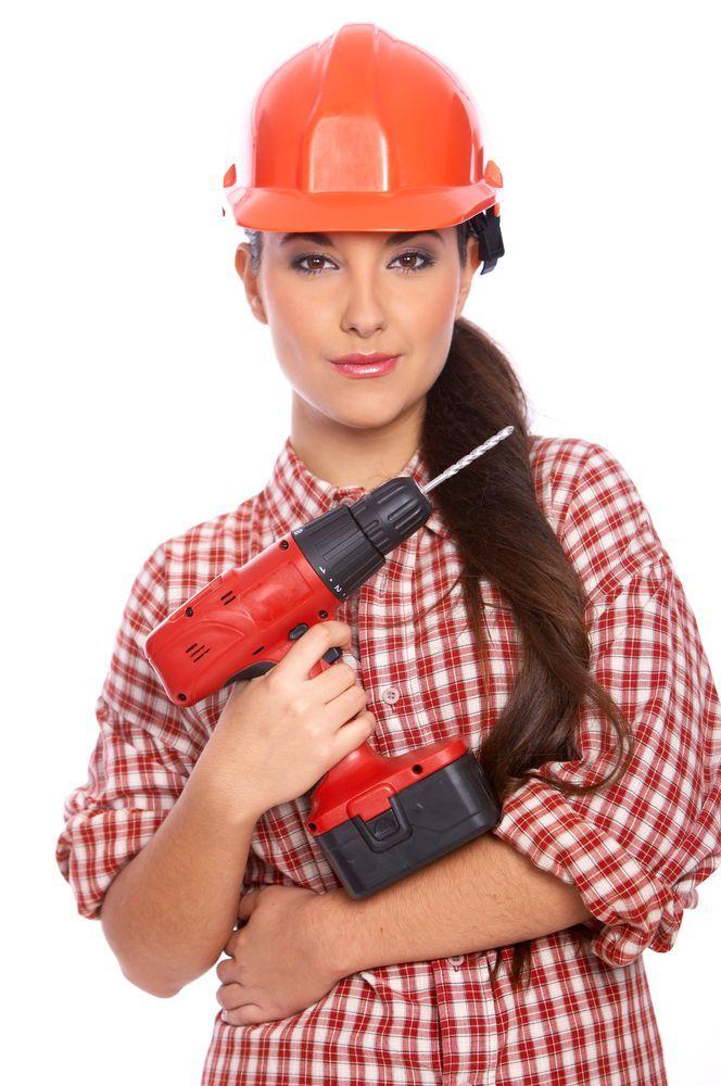 operaio donna con in mano un trapano avvitatore