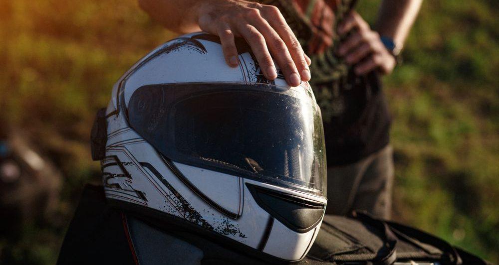 focus su casco modulare bianco sopra serbatoio della moto