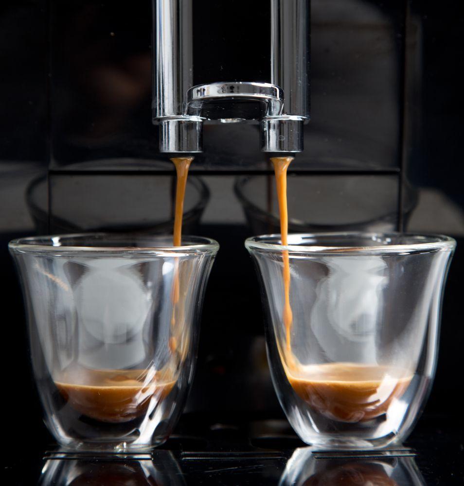 Macchina Caffè in erogazione di due tazzine
