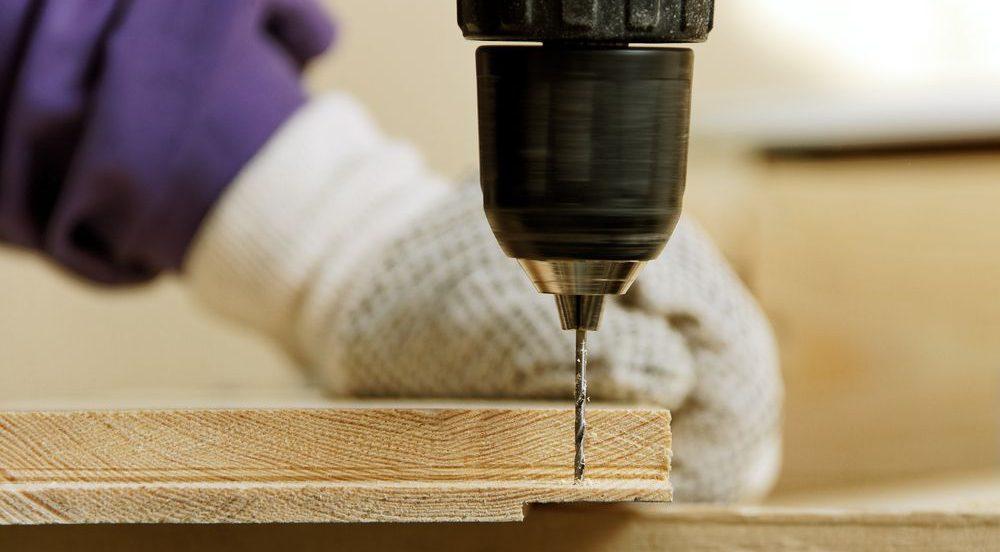 trapano in azione su legno, focus sulla punta
