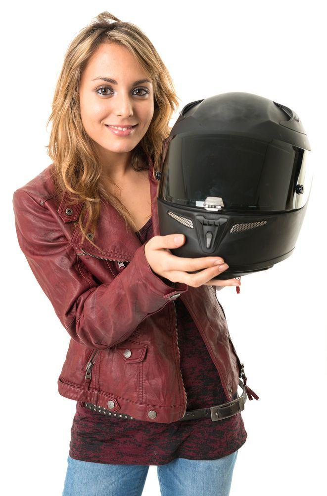donna con in mostra casco modulare nero