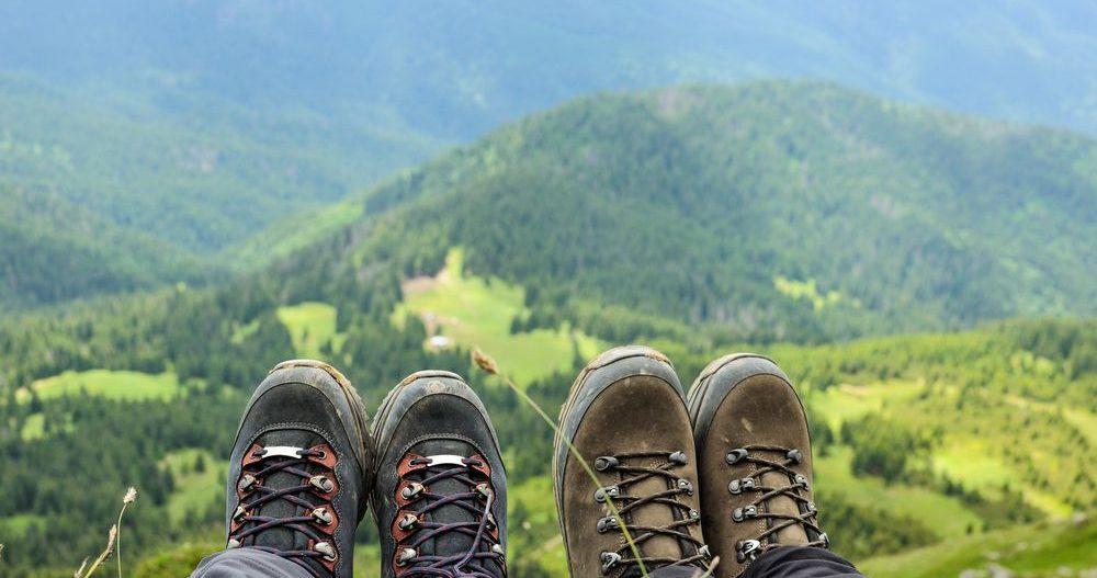 coppia in montagna, focus su scarpe da trekking