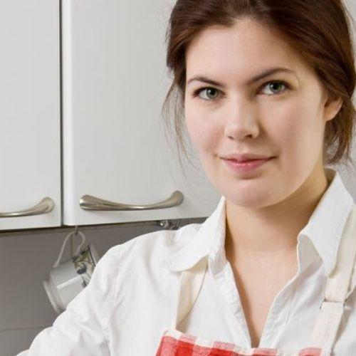 Foto ragazza in cucina