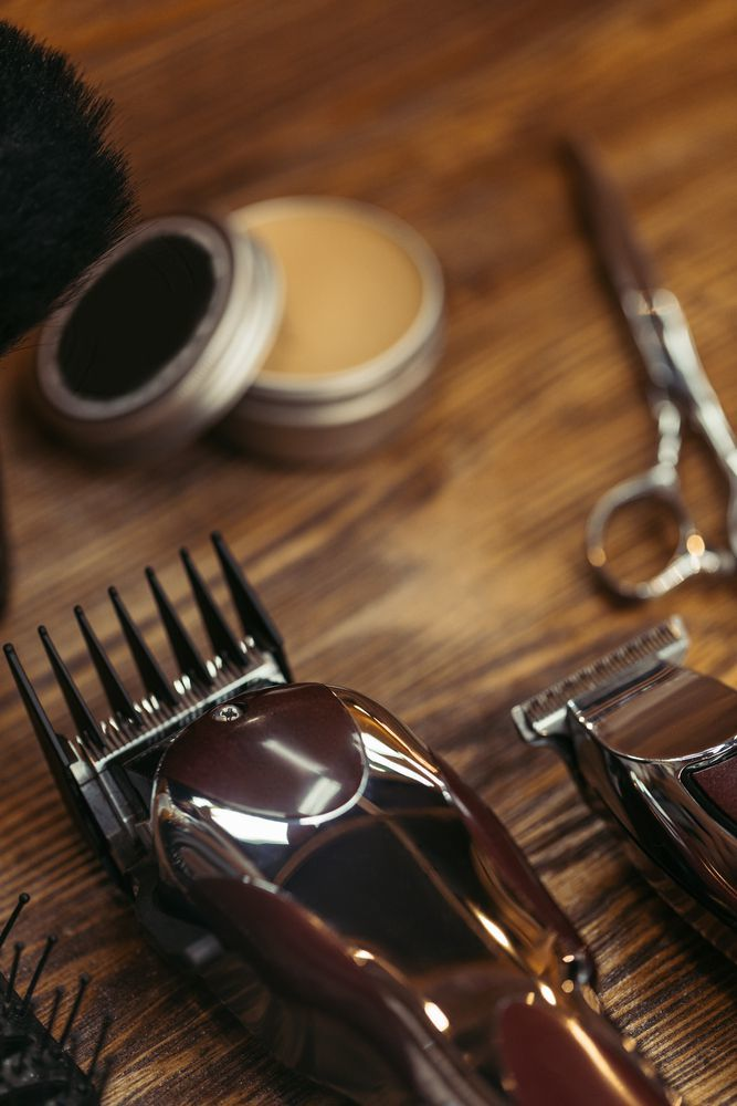 tagliacapelli professionale su tavolo del barbiere