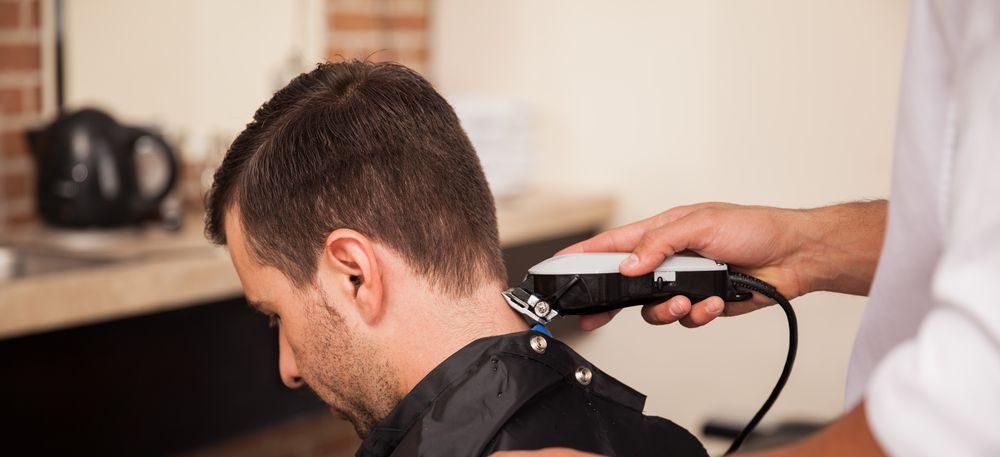 barbiere che usa tagliacapelli su cliente