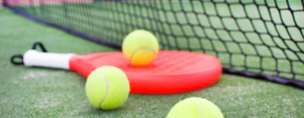 racchetta da padel generica su campo da tennis con palle