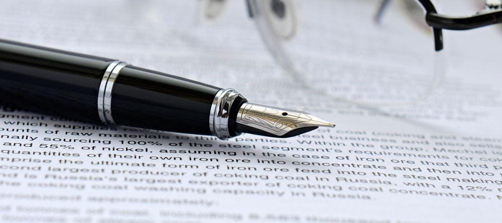penna stilografica nera con sistema a cartucce