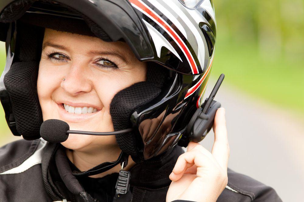 motociclista donna mentre usa un interfono moto con microfono