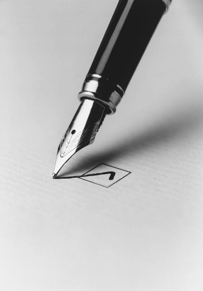 penna stilografica e check su carta