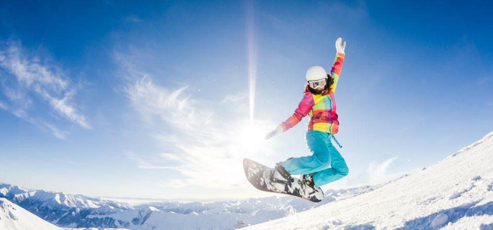 snowboarder in discesa durante una giornata di sole