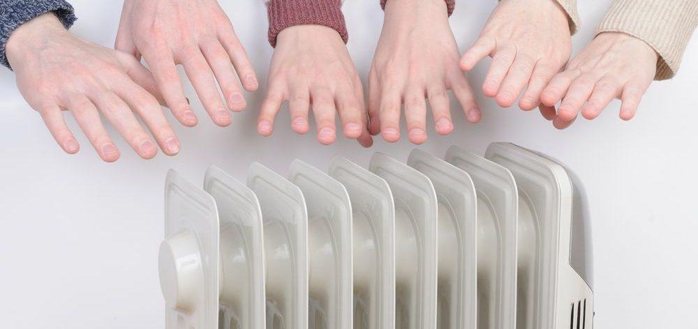 generica stufa elettrica emulante termosifone con intorno mani