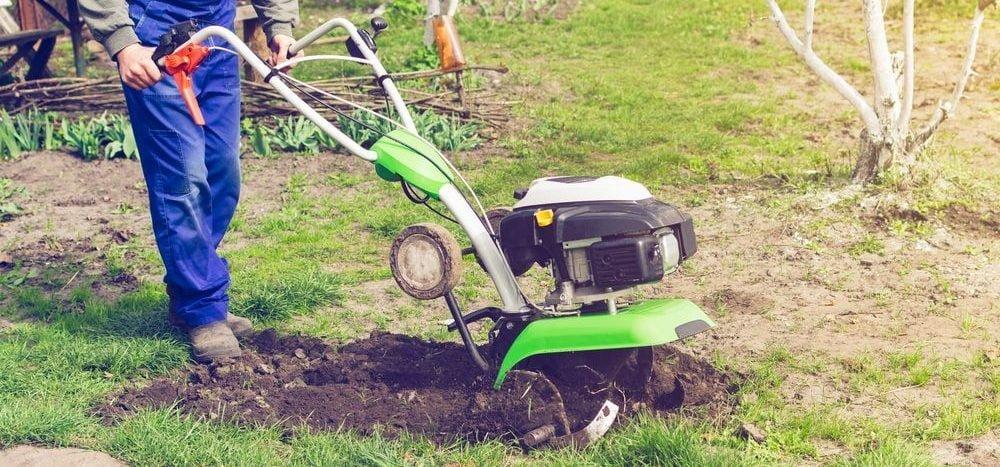 coltivatore durante aratura con motozappa professionale