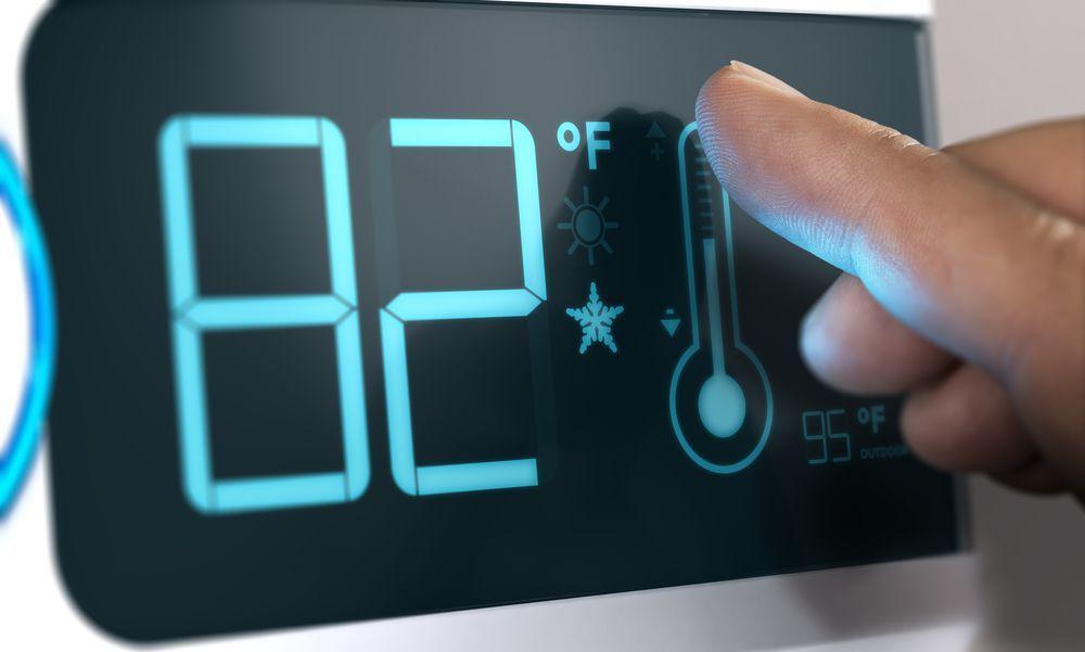 focus sullo schermo di un termostato digitale wifi con schermo touch