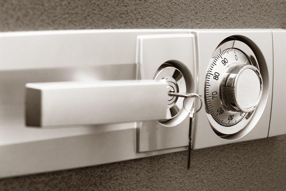 sistema di apertura cassaforte a muro meccanica con combinazione e chiave