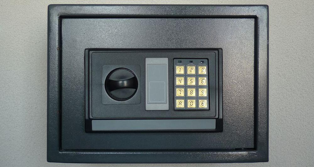 generica cassaforte a combinazione elettronica installata a muro