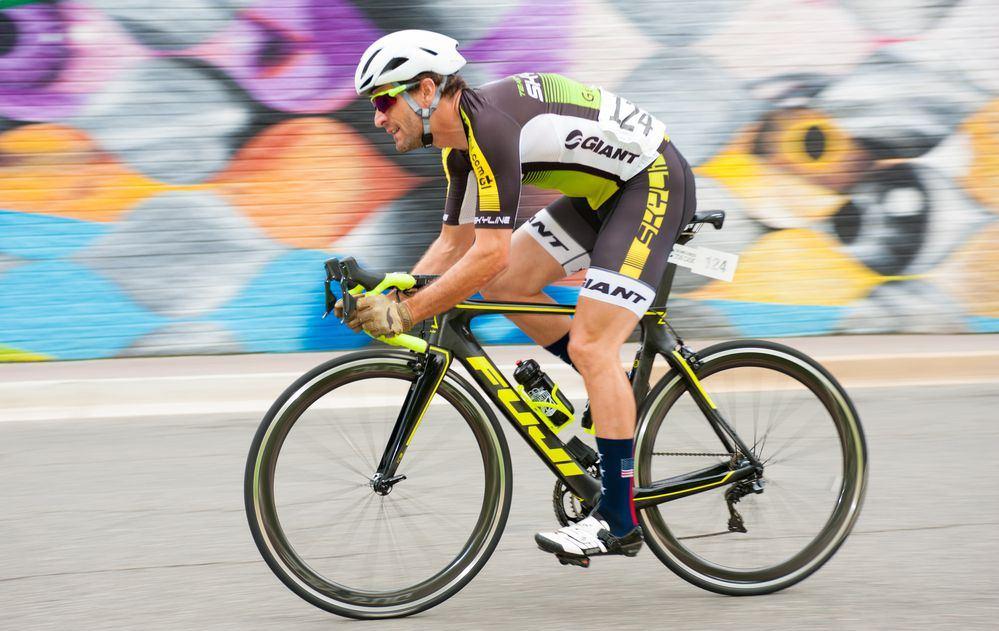 ciclista in sella ad una bici da corsa in volata