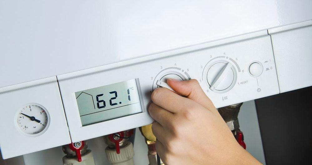 generica caldaia a condensazione con focus sulle manopole regolatrici della temperatura