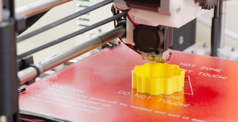 stampante 3d durante la creazione di un oggetto tramite filamenti in pla