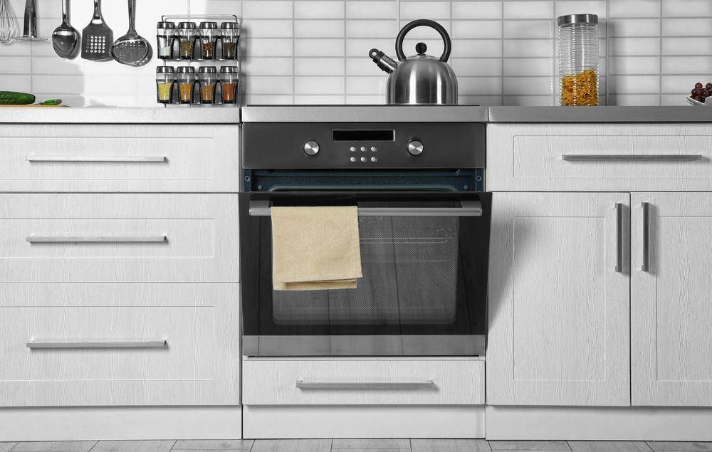 fotografia di una cucina nuova con al centro un moderno forno ad incasso statico