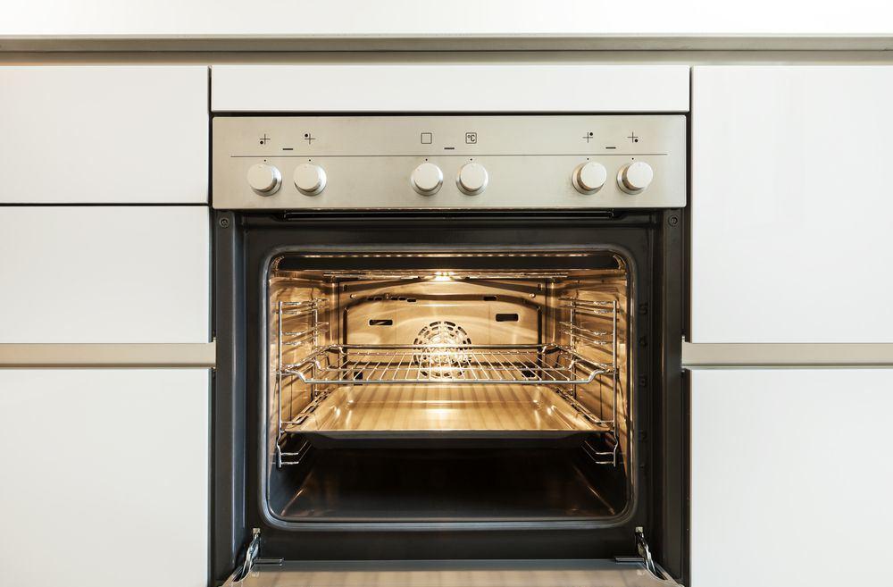 forno da incasso ventilato installato in una moderna cucina