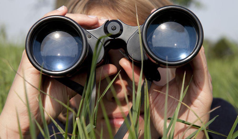 donna con binocolo durante birdwatching