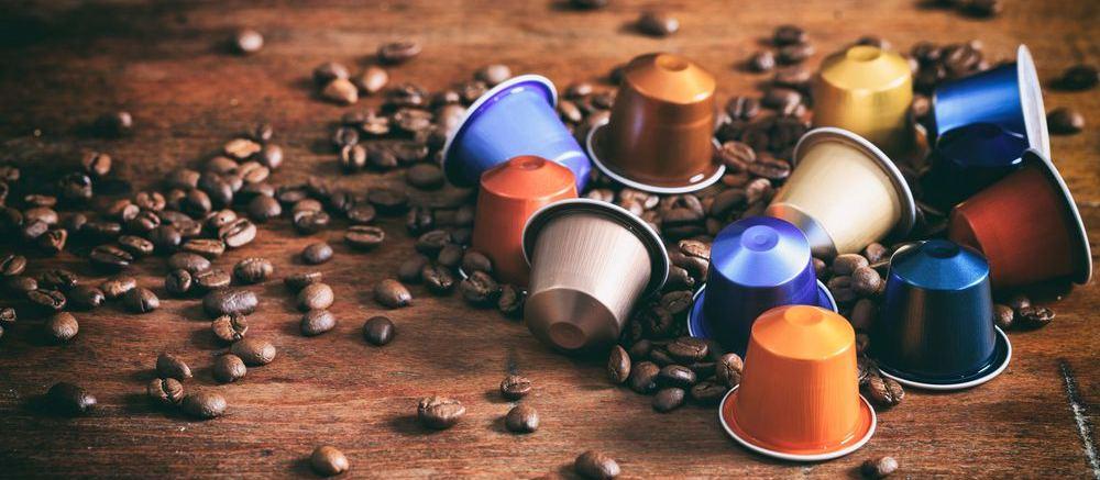 distesa di capsule e chicchi di caffè