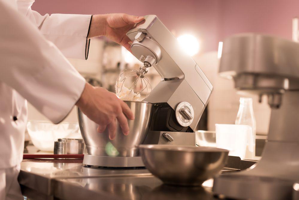 generica impastatrice planetaria in uso da un pasticciere nel laboratorio
