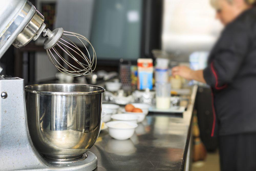 generica impastatrice planetaria nella cucina di un ristorante