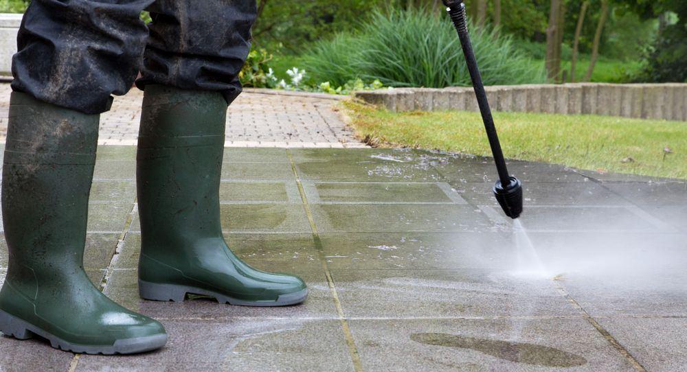 idropulitrice in azione su pavimento esterno