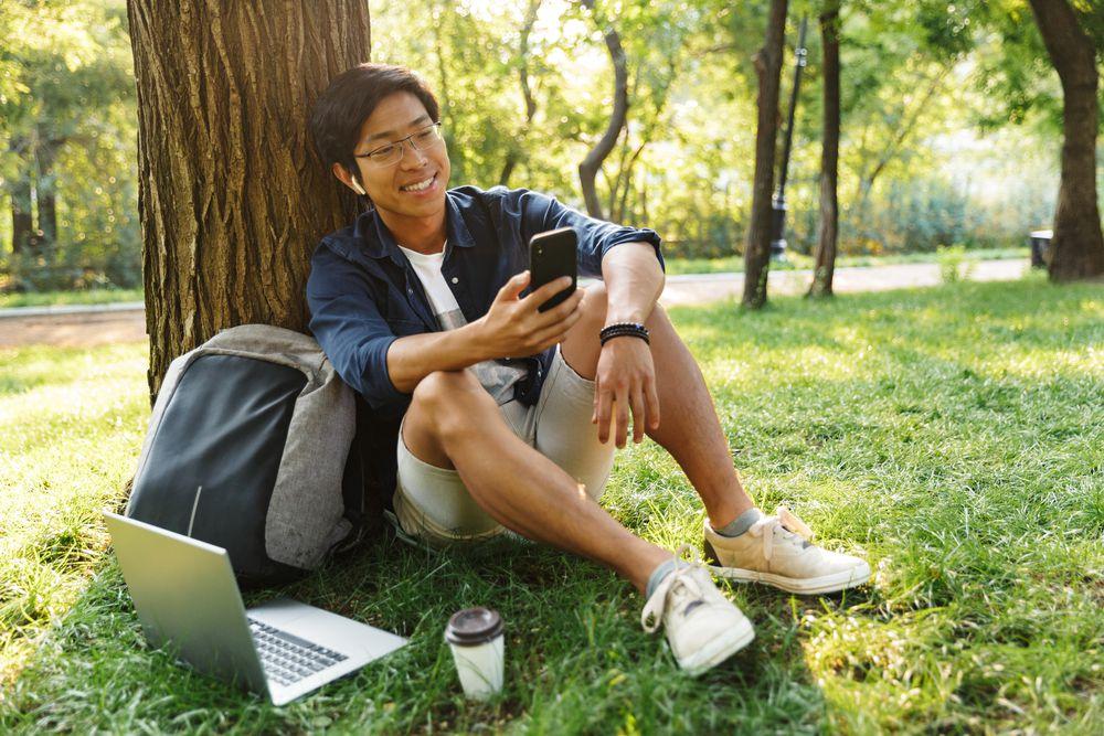 fotografia di un ragazzo con accanto uno zaino porta pc