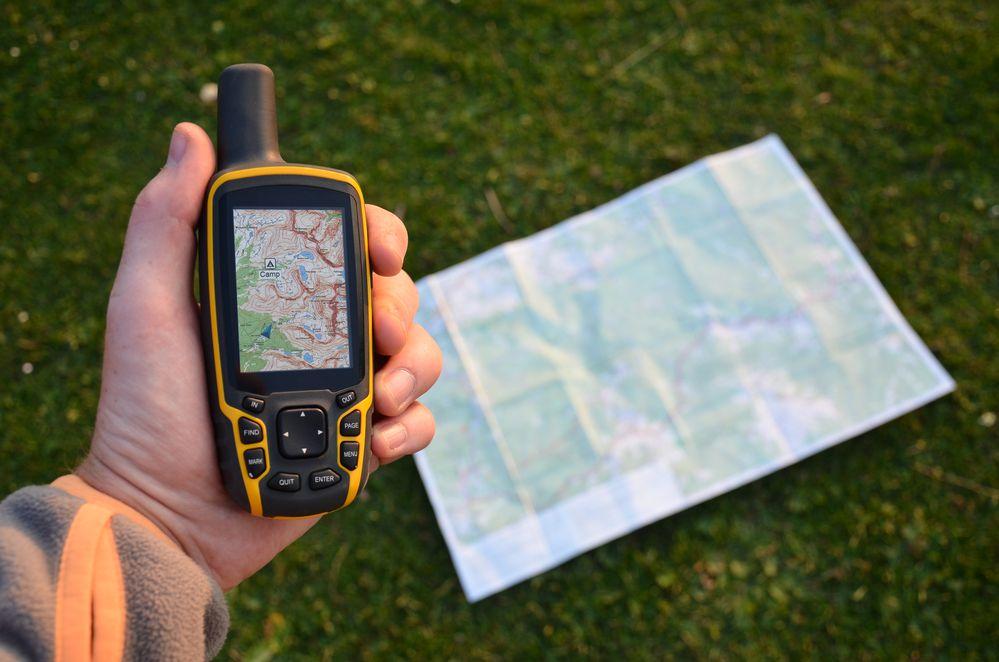 fotografia di un gps portatile con mappe