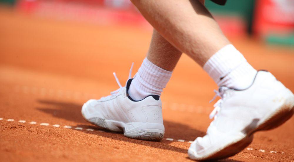 fotografia con focus su generiche scarpe da tennis bianche