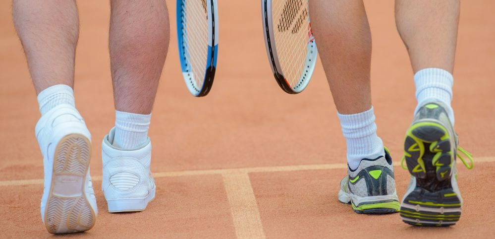 focus sulle scarpe da tennis di una coppia
