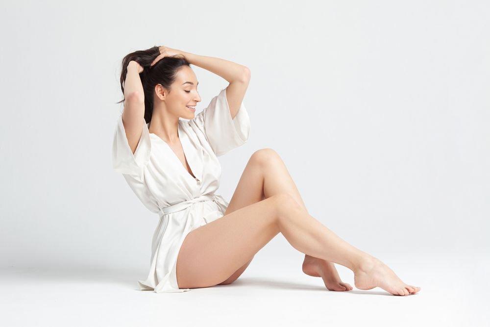 fotografia di una modella con accappatoio bianco