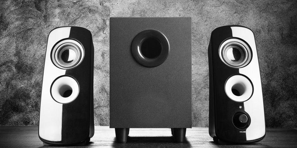 fotografia di un set di moderne casse acustiche