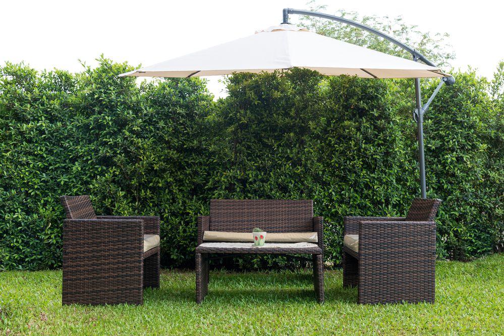 fotografia di un giardino con ombrellone da giardino laterale